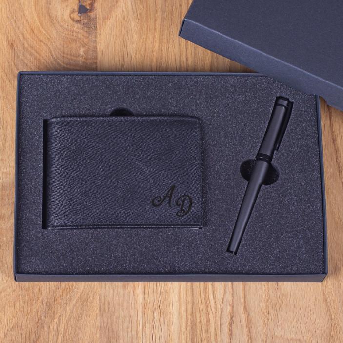 Inicjały - grawerowany portfel skórzany z piórem kulkowym